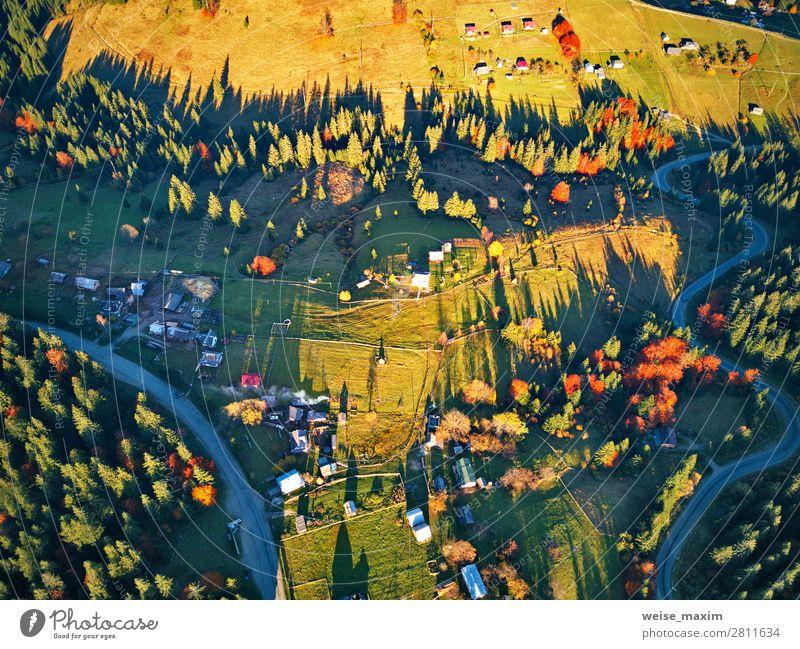 Gebogene Serpentinenstraße durch Fallwald und Dorf. Ferien & Urlaub & Reisen Tourismus Ausflug Ferne Freiheit Berge u. Gebirge Häusliches Leben Haus Garten