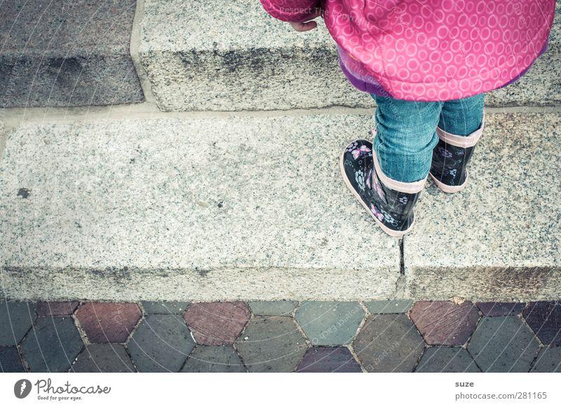 Anstandshalbes Mensch Kind Kindheit Beine Fuß 1 3-8 Jahre Herbst Wetter schlechtes Wetter Regen Treppe Wege & Pfade Mode Bekleidung Jeanshose Schuhe Stiefel