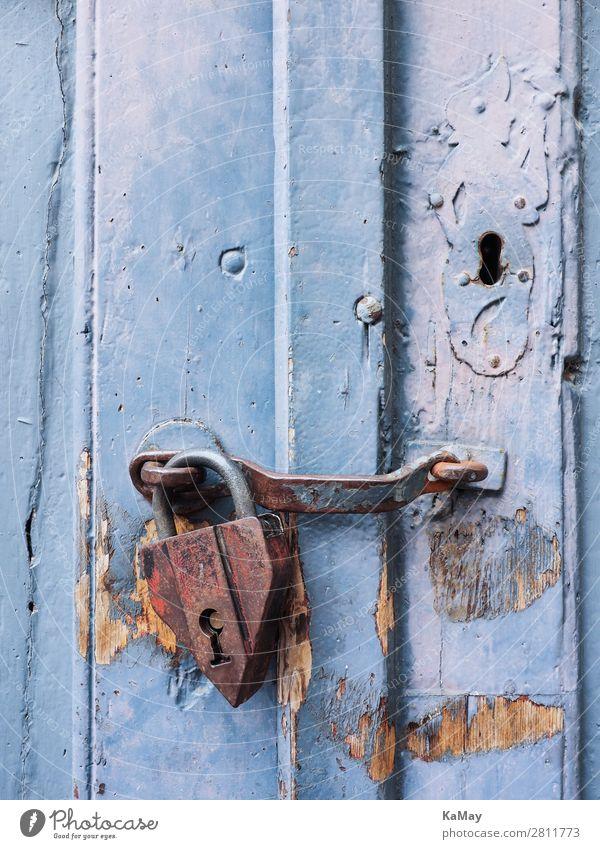 Altes Vorhängeschloss an blauer Tür Architektur Schloss Holz Metall Rost alt historisch Sicherheit Schutz Senior bedrohlich Rätsel Verfall Holztür geschlossen