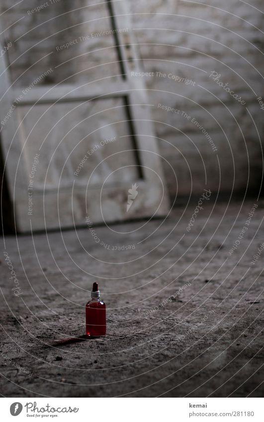 AST5 | Blutprobe Getränk Alkohol Spirituosen Flasche Häusliches Leben Raum Dachboden Tür Mauer Wand Boden Sand alt dreckig klein rot staubig einzeln Pipette