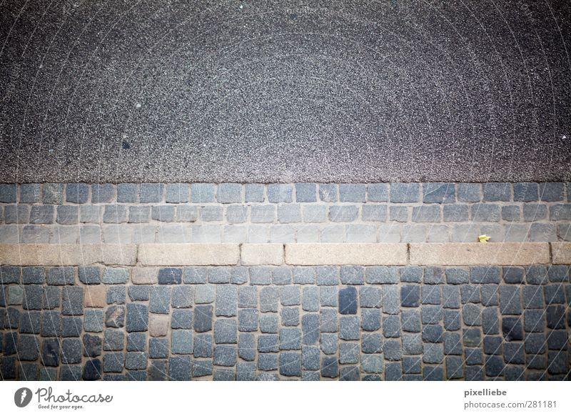 Steinzeit Stadt Blatt dunkel Umwelt Straße Wege & Pfade Stein Verkehr Beton Wandel & Veränderung Verkehrswege Pflastersteine Fortschritt Straßenverkehr Bordsteinkante steinig