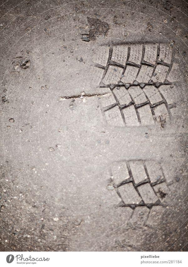 Automatisierter Fußabdruck Umwelt Stadt Verkehr Verkehrswege Straßenverkehr Autofahren Wege & Pfade Stein Beton dreckig fest einzigartig Identität