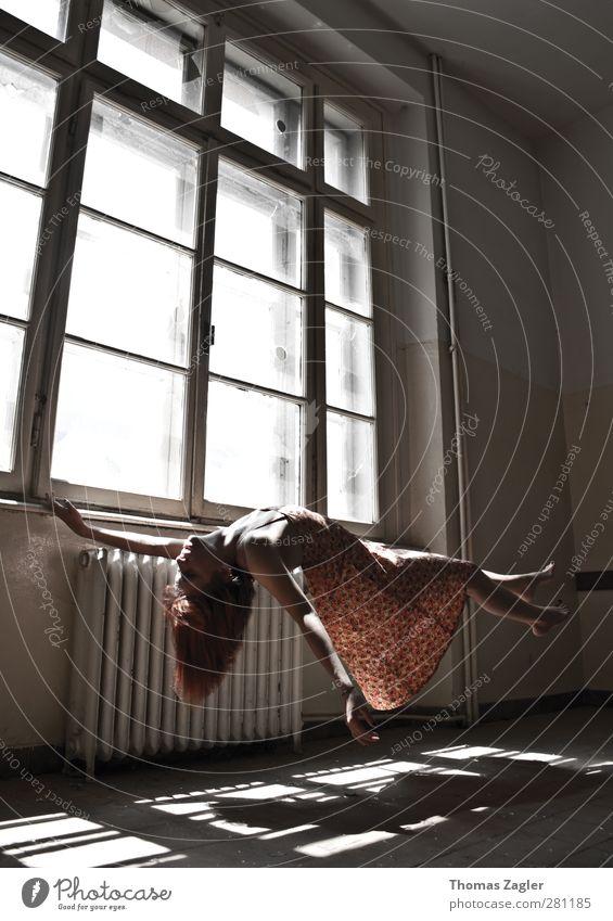 Balance Mensch Frau Jugendliche schön Erwachsene Fenster Wand feminin Erotik Junge Frau Haare & Frisuren Mauer Stil Kunst 18-30 Jahre Körper