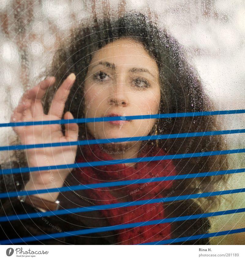 GedankenVerloren feminin Junge Frau Jugendliche 1 Mensch 18-30 Jahre Erwachsene Winter Wetter Schal brünett langhaarig Locken Spielen träumen authentisch nass