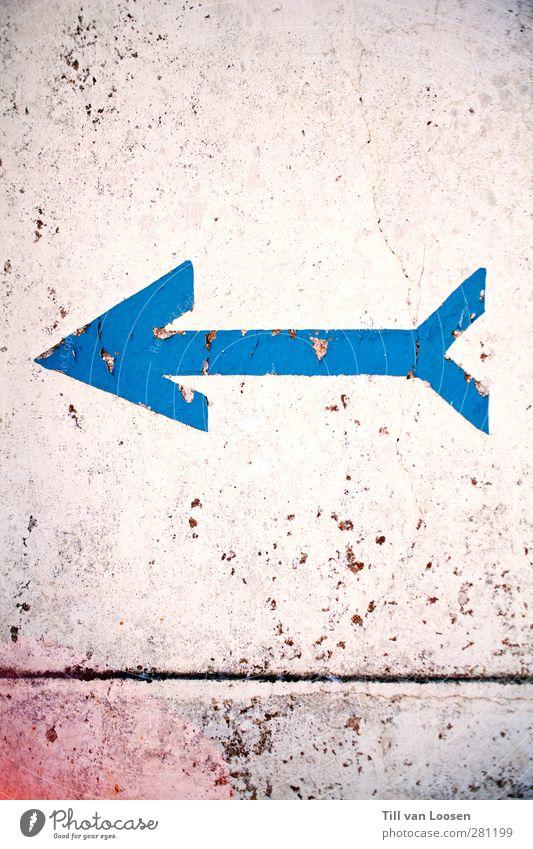 This Way Design Mauer Wand Fassade Stein Beton Zeichen Schilder & Markierungen Hinweisschild Warnschild blau weiß Kunst Werbung verfallen zeigen Pfeil Linie alt