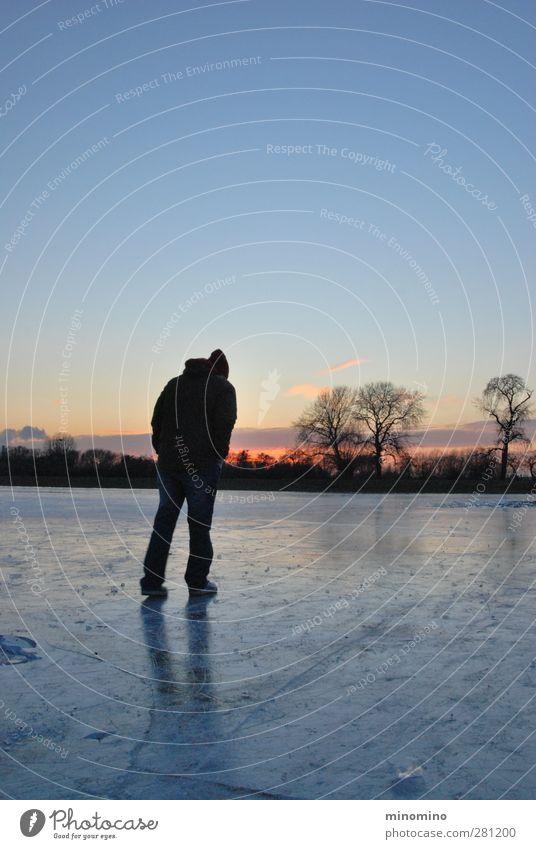 Mann auf Eisfläche im Winter Mensch Himmel Jugendliche Einsamkeit ruhig Landschaft Erholung Erwachsene Ferne 18-30 Jahre Horizont Stimmung Körper
