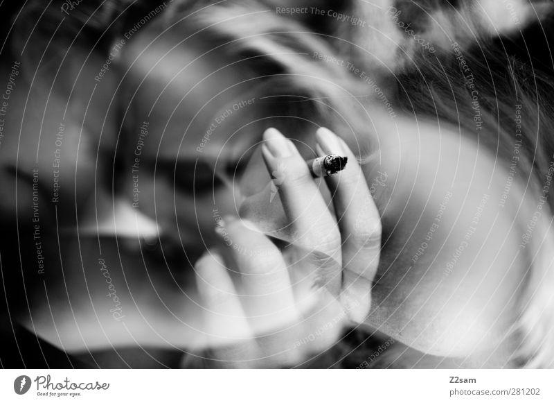 Raucherin Jugendliche Hand Einsamkeit ruhig Erwachsene Erholung dunkel feminin Junge Frau Bewegung Traurigkeit Stil Denken Gesundheit träumen 18-30 Jahre