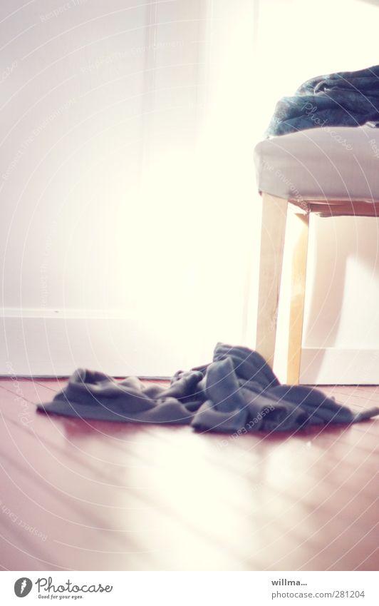 nieder mit der schwerkraft - es lebe der leichtsinn! hell Ordnung Bekleidung Lifestyle Coolness Stuhl fallen chaotisch Pullover lässig Holzfußboden unordentlich aufräumen Ordnungsliebe zurücklassen