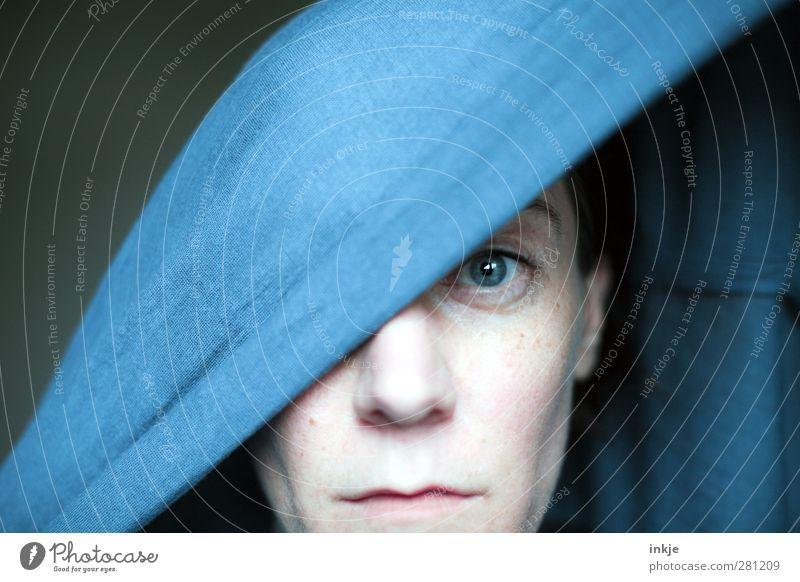 Wie es mir geht, willst Du gar nicht wissen. Junge Frau Jugendliche Erwachsene Leben Gesicht 1 Mensch 30-45 Jahre Kopftuch Denken Blick Traurigkeit blau Gefühle