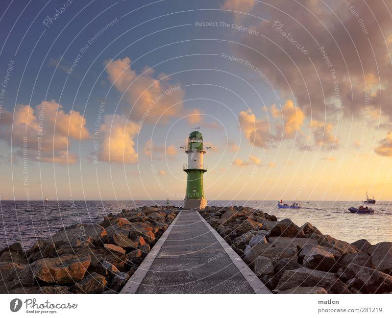 morgens Landschaft Himmel Wolken Sommer Schönes Wetter Küste Ostsee Leuchtturm Verkehrswege Schifffahrt Bootsfahrt Hafen blau braun auslaufen Mole Farbfoto