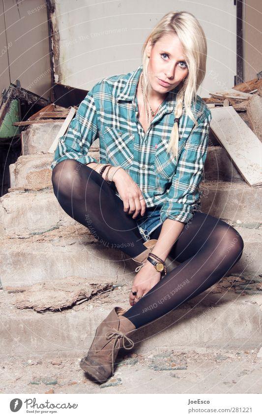 #233500 Lifestyle Stil Freizeit & Hobby Häusliches Leben Frau Erwachsene 1 Mensch 18-30 Jahre Jugendliche Treppe Mode Hemd Strumpfhose Accessoire Stiefel blond