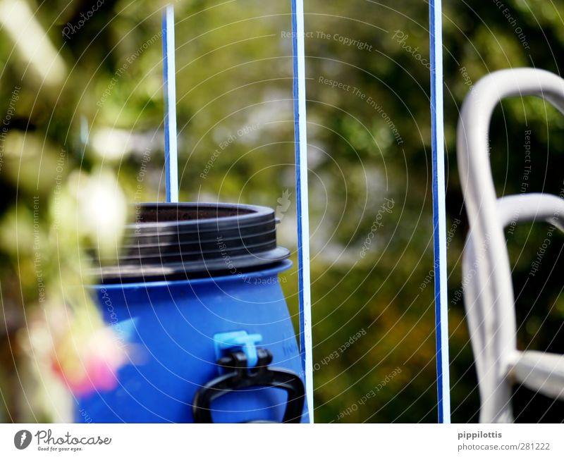 Blaue Tonne Design Angeln Garten Wasserkraftwerk Sommer Balkon beobachten blau grün Farbfoto mehrfarbig Außenaufnahme Nahaufnahme Detailaufnahme Makroaufnahme