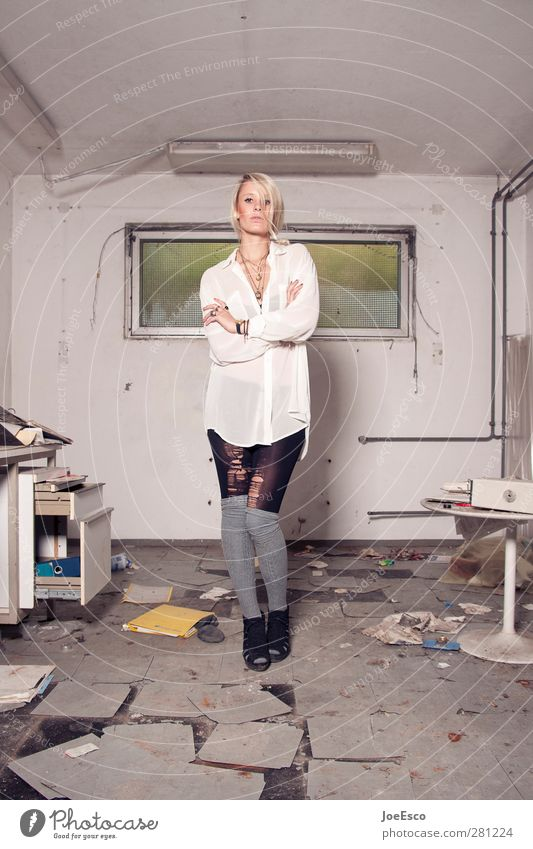 #231640 Lifestyle Stil Renovieren Umzug (Wohnungswechsel) einrichten Studium Arbeitsplatz Büro Frau Erwachsene Mensch Mode festhalten stehen eckig trendy