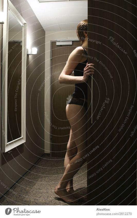 junge Frau schaut in einen Schrank elegant Stil schön harmonisch Raum Hotelzimmer Spiegel Junge Frau Jugendliche Erwachsene Gesäß Beine 18-30 Jahre Unterwäsche