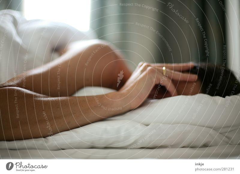 Täglich grüßt das Murmeltier Erholung ruhig Freizeit & Hobby Häusliches Leben Bett Raum Schlafzimmer Mensch feminin Frau Erwachsene Arme 1 liegen schlafen
