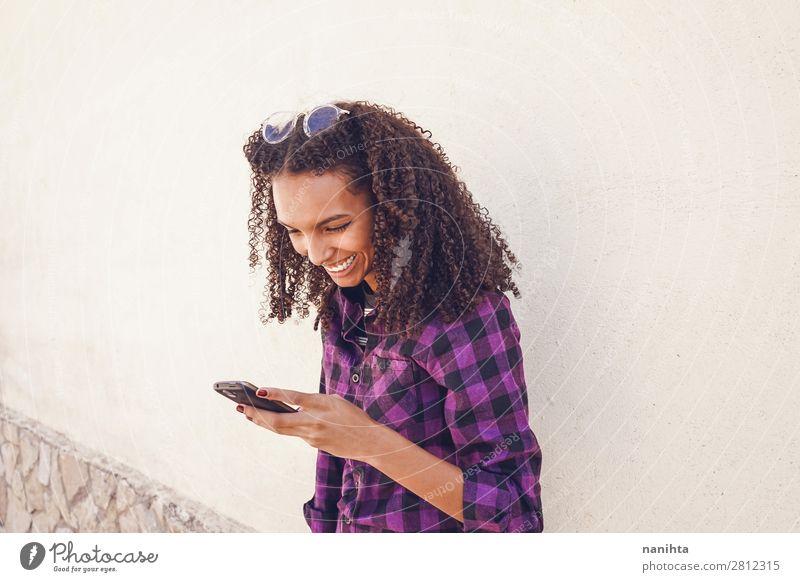 Junge Freizeitfrau mit Smartphone Arbeit & Erwerbstätigkeit Telefon Handy PDA Technik & Technologie Unterhaltungselektronik Internet Mensch feminin Junge Frau