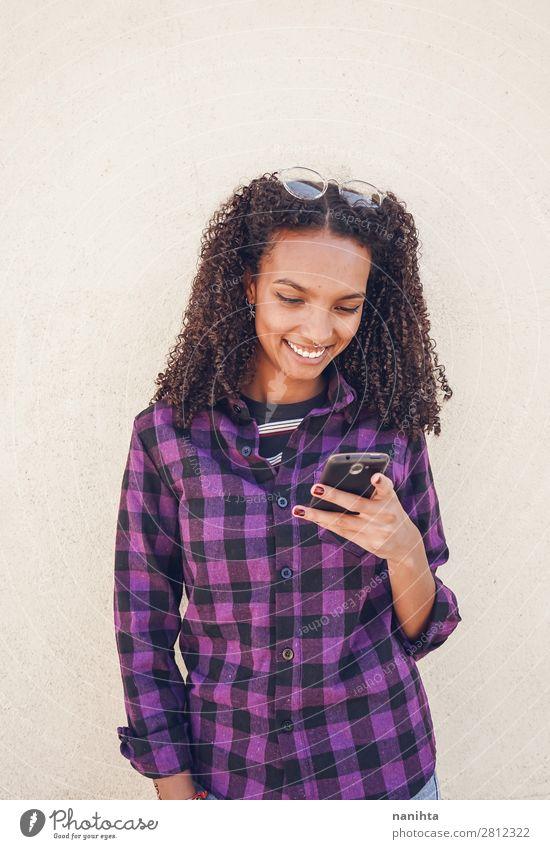 Frau Mensch Jugendliche Junge Frau schwarz 18-30 Jahre Erwachsene natürlich feminin Gefühle Haare & Frisuren Arbeit & Erwerbstätigkeit Zufriedenheit frisch
