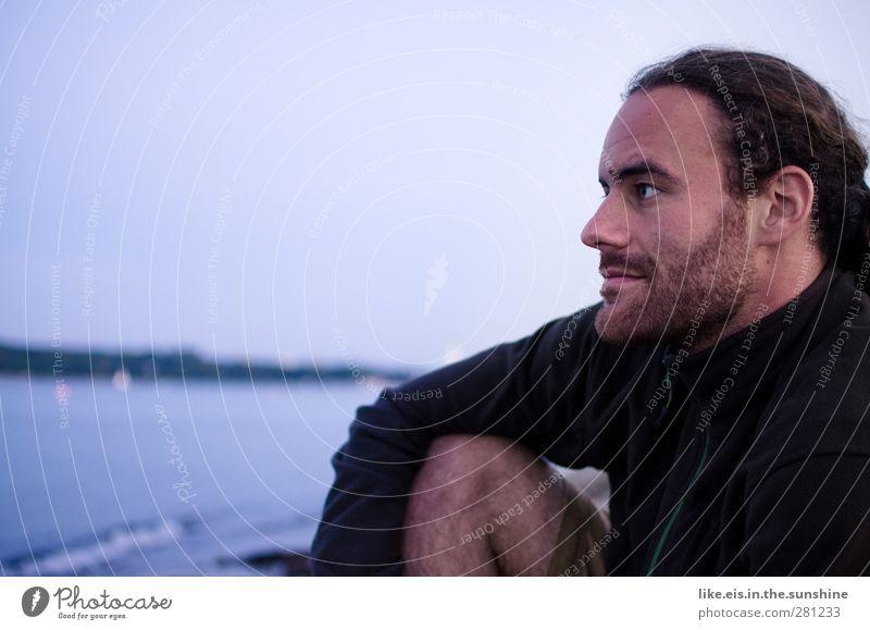 fernweh maskulin Junger Mann Jugendliche Leben 18-30 Jahre Erwachsene Wolkenloser Himmel Sonnenaufgang Sonnenuntergang Wellen Ostsee Jacke schwarzhaarig