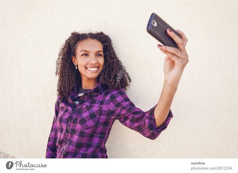 Junge Freizeitfrau mit Smartphone Arbeit & Erwerbstätigkeit Telefon Handy PDA Technik & Technologie Internet Mensch feminin Junge Frau Jugendliche Erwachsene 1
