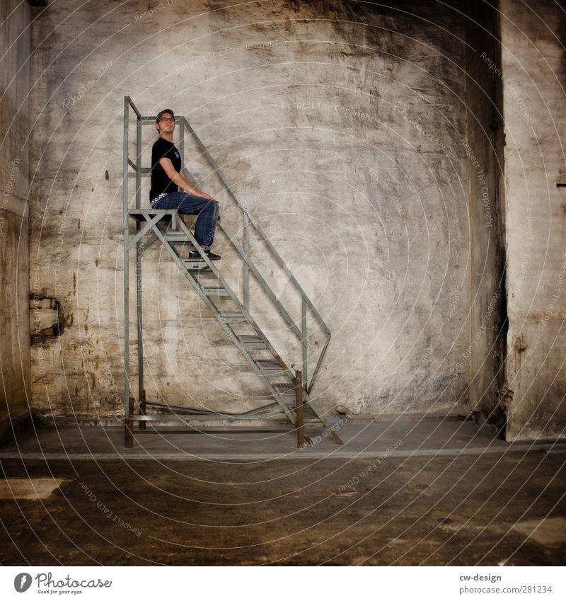 Ich sitz' ganz oben auf der Leiter Mensch Mann Jugendliche Stadt Einsamkeit ruhig Erwachsene dunkel kalt Wand grau Mauer Junger Mann 18-30 Jahre Fassade Treppe