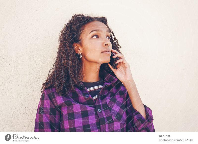 Junge Freizeitfrau mit Smartphone Arbeit & Erwerbstätigkeit Telefon Handy PDA Technik & Technologie Unterhaltungselektronik Telekommunikation Internet Mensch