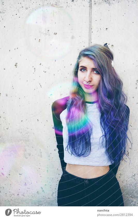 Coole junge Frau mit blauen Haaren und einem Septumpiercing. Lifestyle Stil schön Haare & Frisuren Gesicht Freiheit Mensch feminin Erwachsene Jugendliche 1