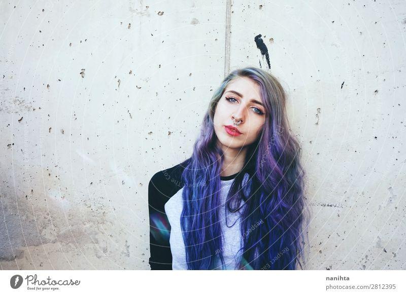 Coole junge Frau mit blauen Haaren und einem Septumpiercing. schön Haare & Frisuren Gesicht Freiheit Mensch feminin Junge Frau Jugendliche Erwachsene 1