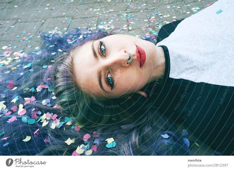 Schöne junge Frau, umgeben von Konfetti. Lifestyle Stil exotisch schön Haare & Frisuren Gesicht Mensch feminin Junge Frau Jugendliche Erwachsene 1 18-30 Jahre
