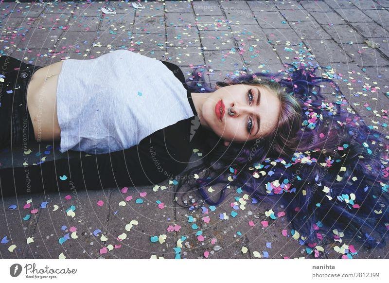 Schöne junge Frau, umgeben von Konfetti. Lifestyle Stil Gesicht Mensch feminin Junge Frau Jugendliche Erwachsene 1 18-30 Jahre Kultur Jugendkultur Punk Piercing