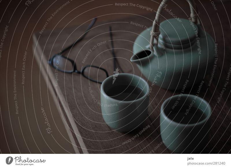 tee Getränk Heißgetränk Tee Geschirr Tasse Teekanne Teetasse Brille ästhetisch braun Farbfoto Gedeckte Farben Innenaufnahme Menschenleer Dämmerung