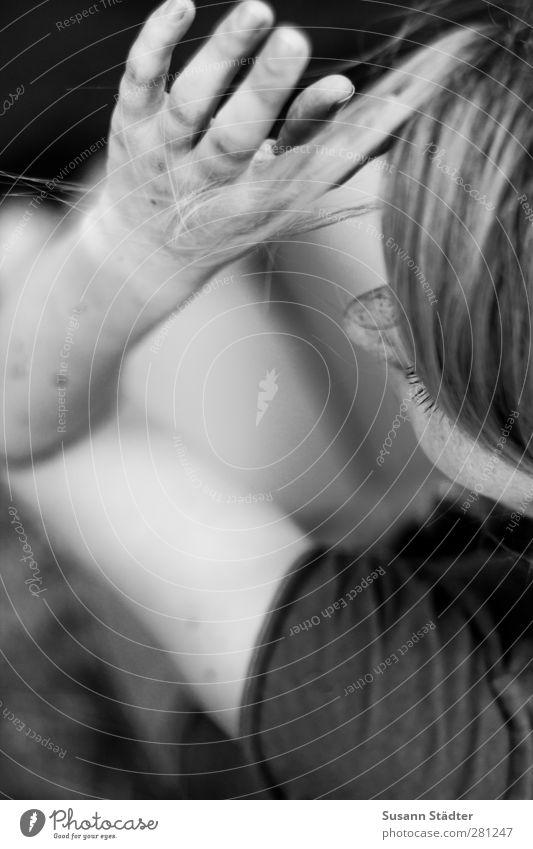 . feminin Junge Frau Jugendliche Erwachsene Haare & Frisuren 1 Mensch blond Pony Menschlichkeit Hemmung Nervosität Haarsträhne Sommersprossen Hand T-Shirt