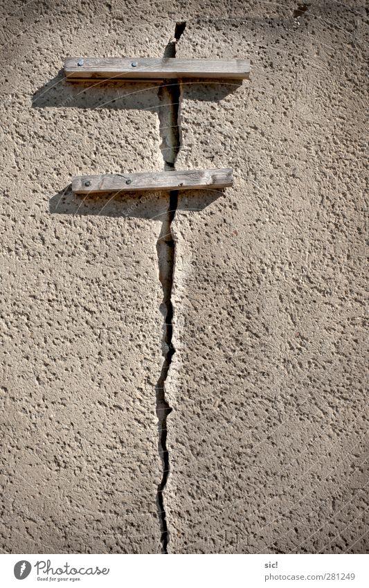 wasdieweltimInnerstenzusammenhaelt Haus Renovieren Baustelle Architektur Mauer Wand Fassade Stein Holz bauen alt kaputt braun grau Zukunftsangst dumm Senior