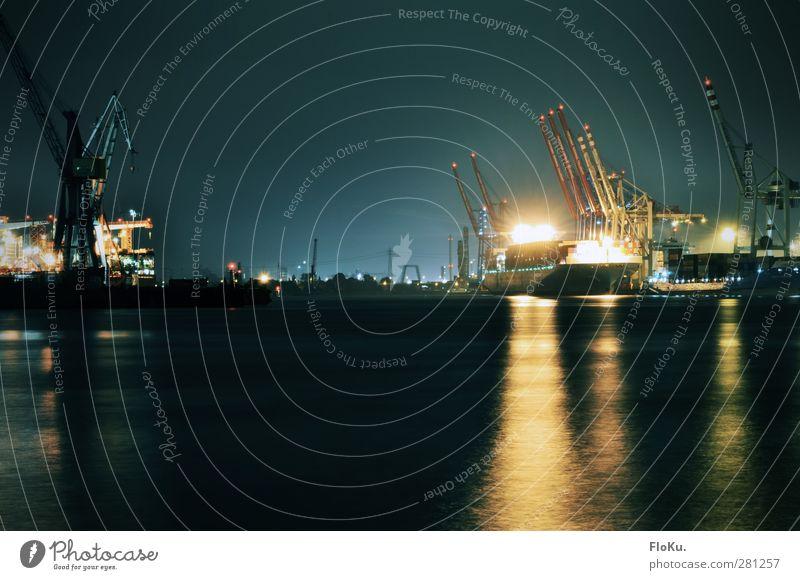 Nachtschicht blau Wasser Stadt schwarz gelb dunkel Hamburg Industrie Fluss Hafen Schifffahrt Kran Container Wasseroberfläche Scheinwerfer Elbe