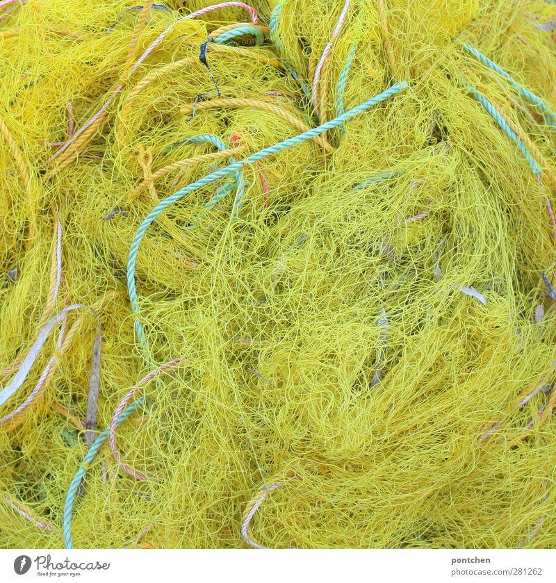 Gewirr an gelben Fischernetzen und Seilen und gelb und grün. Netz blau seile anzüglich Beifang Überfischung Fischereiwirtschaft Umweltschutz Nahrungssuche