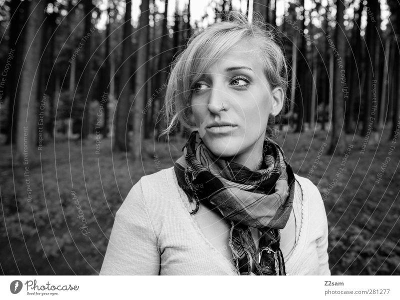 l. Freizeit & Hobby feminin Junge Frau Jugendliche 18-30 Jahre Erwachsene Umwelt Natur Landschaft Baum Wald Piercing Schal blond langhaarig Denken träumen
