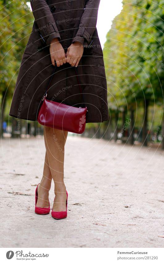Très Chic. Mensch Frau Jugendliche Sommer rot Erwachsene feminin Erotik Junge Frau Herbst Wege & Pfade 18-30 Jahre braun warten Körperhaltung festhalten