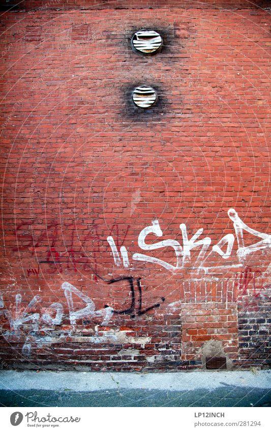 VANDALISM. rot Graffiti Wand Mauer Gebäude Kunst Schriftzeichen Häusliches Leben Dekoration & Verzierung Wandel & Veränderung Kultur Kreativität Zeichen Backstein Jugendkultur Risiko
