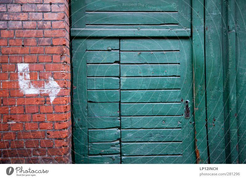 The Doors XIV Haus Lüneburg Altstadt Mauer Wand Fassade Tür Backstein Zeichen dreckig Neugier Stadt rot Häusliches Leben Pfeil Holztür Tor Eingang Eingangstür