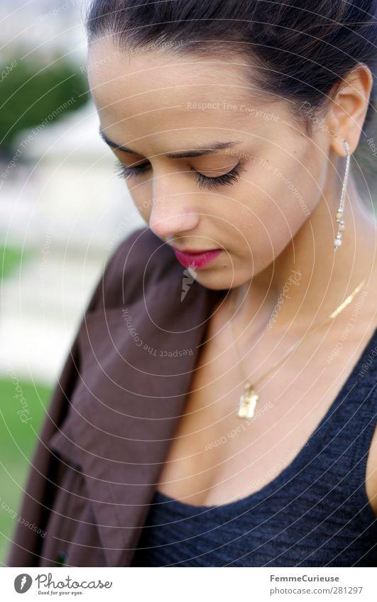 Femme française IV. feminin Junge Frau Jugendliche Erwachsene Kopf Gesicht Lippen 18-30 Jahre Dekolleté Schmuck Accessoire Trenchcoat braun Dutt verträumt
