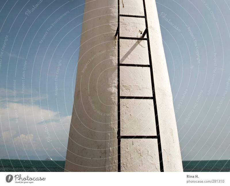 Leiter Himmel Wolken Horizont Sommer Meer Turm hell hoch blau weiß Karriere anstrengen Leitersprosse Farbfoto Außenaufnahme Menschenleer Textfreiraum links