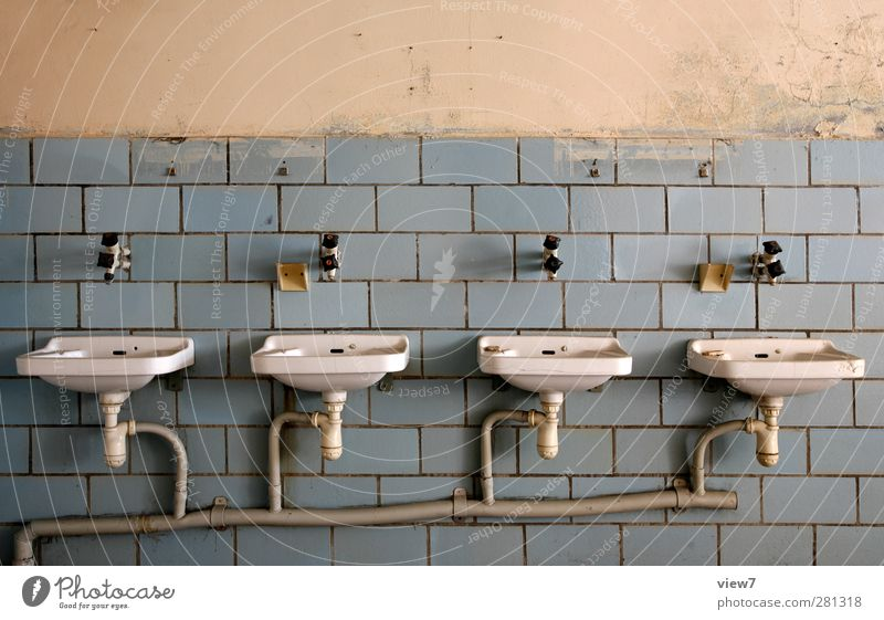 hier: ist platz für vier. alt Einsamkeit Wand Mauer Traurigkeit Innenarchitektur Linie Ordnung authentisch Beton Häusliches Leben Streifen einzigartig Vergänglichkeit Bad rein
