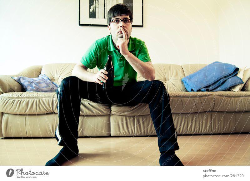 prost! und nun? Sofa Wohnzimmer Junger Mann Jugendliche Erwachsene 1 Mensch 18-30 Jahre 30-45 Jahre Entschlossenheit unentschlossen Entscheidung Denken Bier