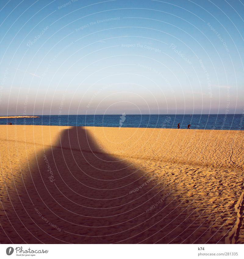 Hochhaus-Schatten geht baden Mensch Umwelt Natur Landschaft Urelemente Sand Wasser Himmel Wolkenloser Himmel Sommer Schönes Wetter Küste Strand Meer blau gelb