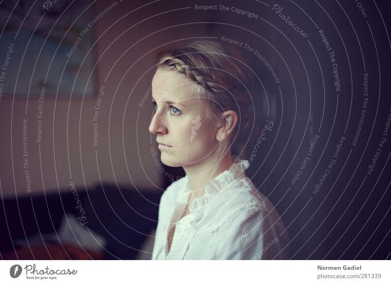 high violet ruhig feminin Junge Frau Jugendliche Kopf Haare & Frisuren Gesicht 1 Mensch 18-30 Jahre Erwachsene blond beobachten Blick träumen ästhetisch schön