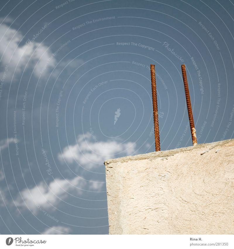 Zukunft Himmel blau weiß Wolken Wand Mauer hoch planen Hoffnung Baustelle Rost bauen Vorsorge Eisenstangen
