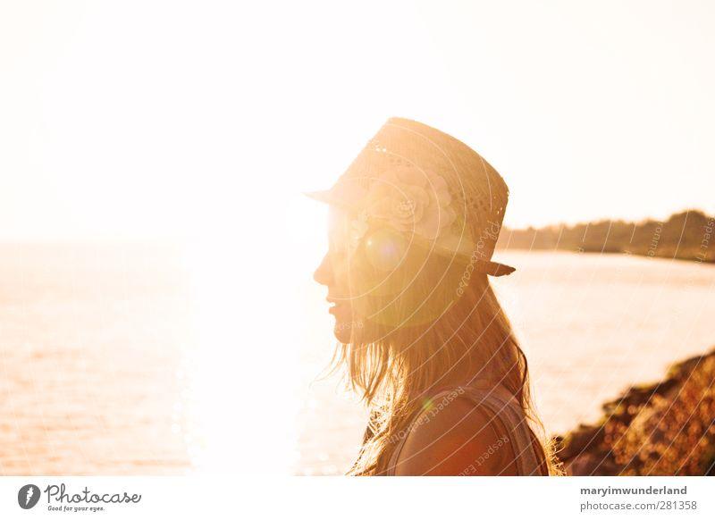 auftanken. Mensch Jugendliche Ferien & Urlaub & Reisen Sonne Meer Erwachsene Erholung Ferne feminin Junge Frau Freiheit Glück 18-30 Jahre blond genießen Hut