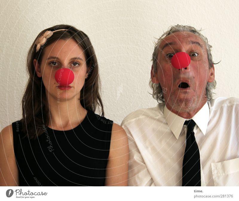 Volksnähe (Grundkurs) Frau Erwachsene Mann 2 Mensch Künstler Schauspieler Clown Hemd Krawatte clownsnase Haarreif beobachten listig lustig selbstbewußt