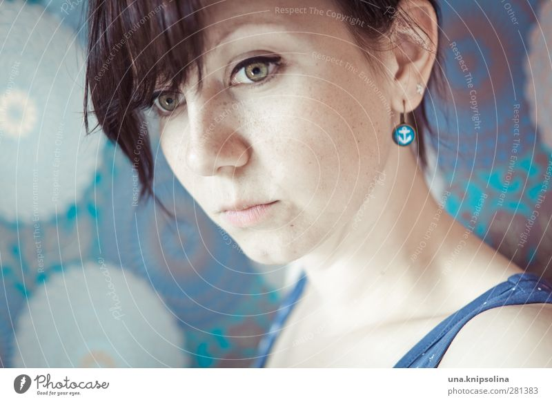 anker Frau Erwachsene 1 Mensch 18-30 Jahre Jugendliche Schmuck Ohrringe brünett Pony Zopf Anker Zeichen Denken träumen Traurigkeit natürlich blau Gefühle