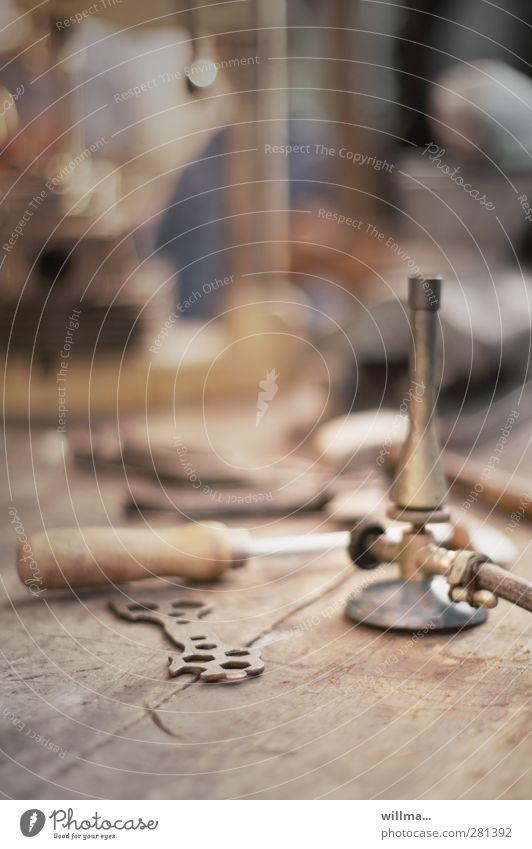 werkzeugtisch mit mutterschlüssel und bunsenbrenner alt braun historisch Werkstatt Handwerk Werkzeug Nostalgie Handwerker Hobelbank Gasbrenner Löten