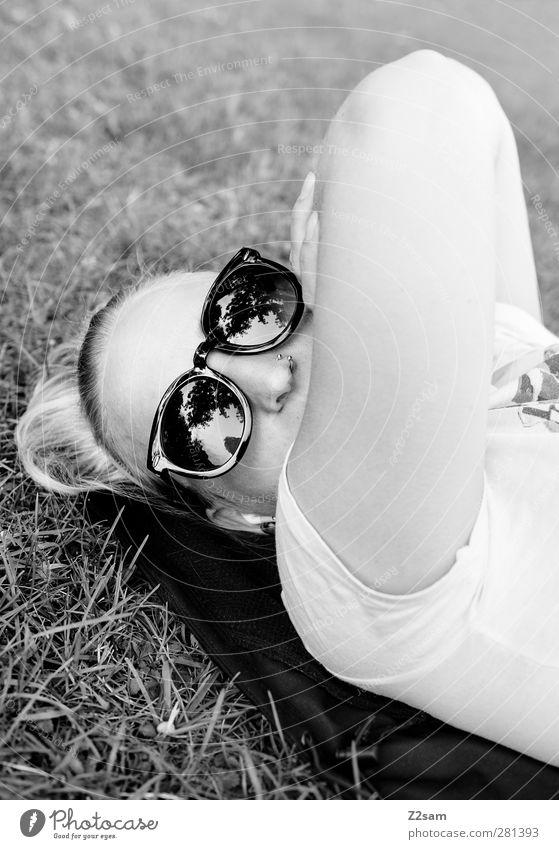 ...ich chill grad! Jugendliche Ferien & Urlaub & Reisen Stadt schön ruhig Erwachsene Erholung Wiese feminin Junge Frau Stil 18-30 Jahre natürlich blond liegen